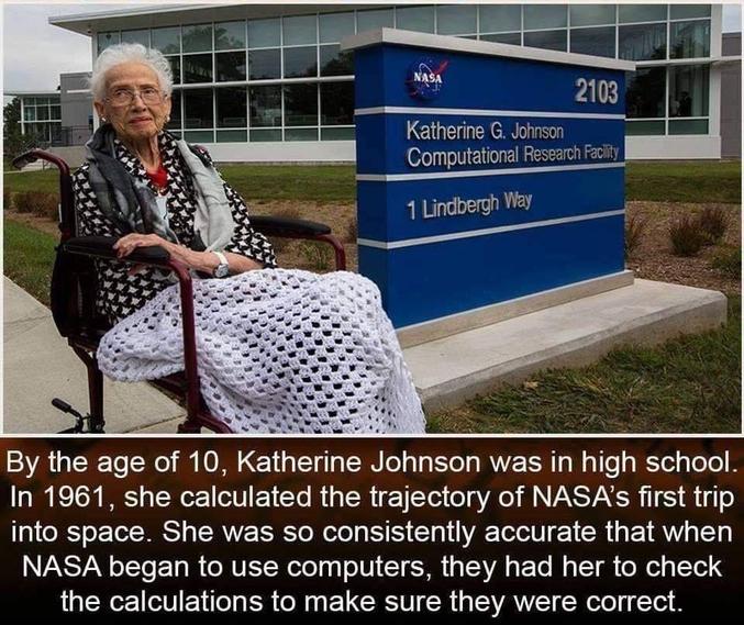 Posant devant un bâtiment de la NASA, cette femme a grandement contribué à la conquête de l'espace grâce à ses capacités de calcul phénoménales. Reconnue comme ne faisant quasiment aucune faute de calcul, elle a entre autres permis de vérifier l'exactitude et la fiabilité des premiers ordinateurs utilisés par la NASA.