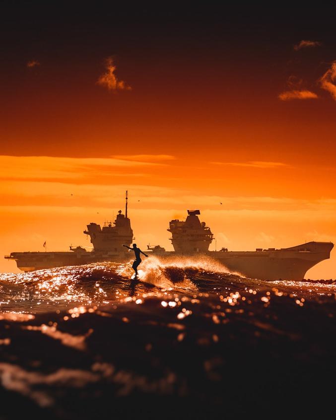 Photographe: Adam King Surfer: Reid Mikalsen Porte-avions: HMS Queen Elizabeth Jax Beach (Jacksonville) en Floride
