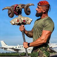 Parachutiste portugais avec une sorte de totem fétiche.