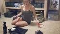 La copine du Freeman nettoie sa collection de petites babioles