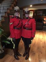 Jeunes filles de la Police Montée Canadienne en grande tenue