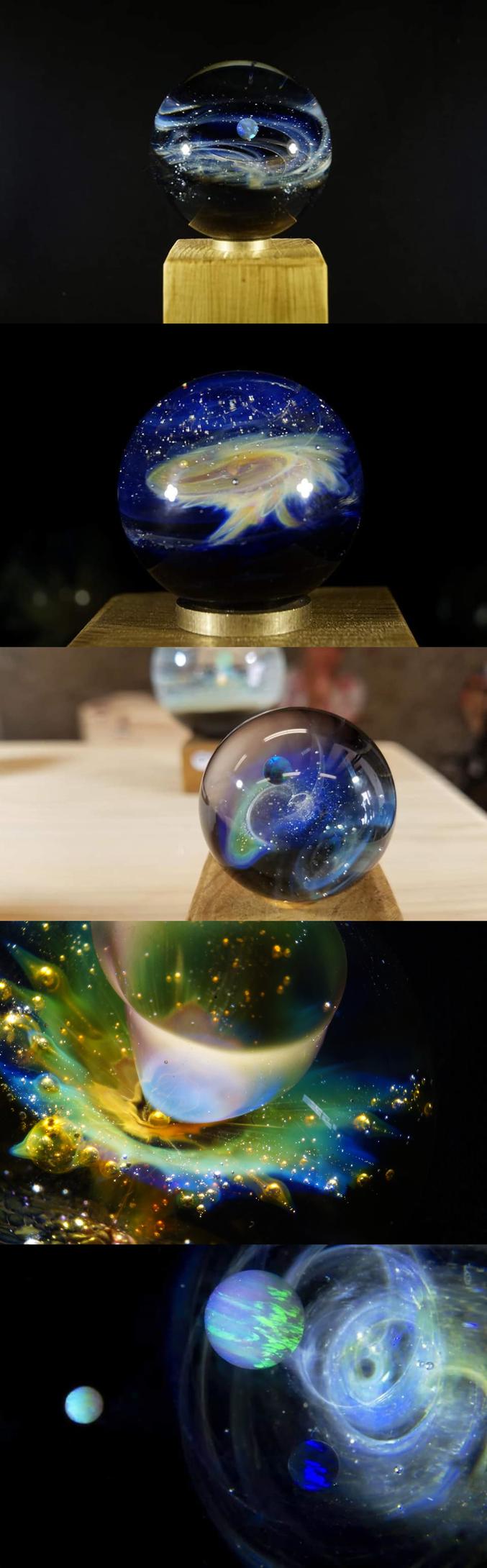 """Par un artisan français, <a href=""""https://www.instagram.com/univers_fusion/"""" target=""""_blank"""">Nicolas Gayvallet.</a> Ses pendentifs sont souvent sur le thème de l'espace, entièrement réalisés en verre et avec des métaux précieux, toutes les étoiles sont faites partir de poudre d'argent pur (99,99%). Au centre est incluse une opale de synthèse spécialement conçue pour résister aux températures de travail du verre, cette sphère rajoute une touche spatiale.  Les traînées de couleurs sont obtenues par la technique du """"fuming"""", qui consiste à vaporiser de l'or où de l'argent pur sur la pièce en le chauffant à haute température dans la flamme du chalumeau. Ce qui lui permet de réaliser ses propres couleurs en halo de différentes teintes selon la méthode d'application.  L'intensité des couleurs varient selon l'éclairage, ce qui permet de se laisser voyager en observent cet univers sous tous les angles.  <a href=""""https://www.etsy.com/fr/shop/UniversFusion"""" target=""""_blank"""">Sa boutique en ligne</a>"""