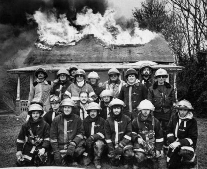 Des pompiers tout feu tout flamme pour la photo de groupe !