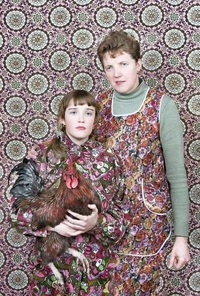 Coq, poule et poulette faisant tapisserie