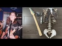 Une guitare avec le squelette de son oncle