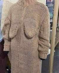 Grand-mère s'est remise au tricot...