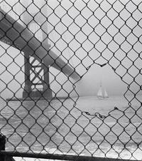 Un voilier dans le fog san-franciscain