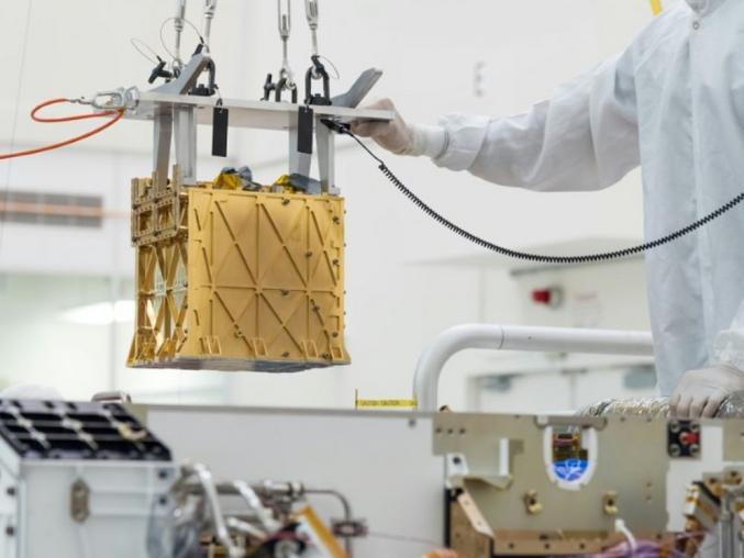 """""""C'est une première tentative cruciale de conversion du dioxyde de carbone en oxygène sur Mars"""", a annoncé Jim Reuter, un administrateur associé de la Nasa, mercredi 21 avril 2121. La démonstration a eu lieu le 20 avril et la Nasa espère que de futures versions de l'outil expérimental utilisé pourront préparer le terrain à une exploration par des humains.  Fabriquer sur place  Non seulement le processus pourrait produire de l'oxygène pour que de futurs astronautes puissent respirer, mais il pourrait aussi permettre d'éviter de transporter depuis la Terre de larges quantités d'oxygène indispensables à la propulsion de la fusée pour le voyage du retour. Le """"Mars Oxygen In-Situ Resource Utilization Experiment"""" (Moxie) est une boîte dorée de la taille d'une batterie de voiture, située à l'avant droit du rover. Il utilise électricité et chimie pour scinder les molécules de CO2, produisant ainsi de l'oxygène d'un côté, et du monoxyde de carbone de l'autre.  Pour sa première expérience, le Moxie a produit 5 grammes d'oxygène, de quoi respirer pendant 10 minutes pour un astronaute ayant une activité normale. Les ingénieurs chargés du Moxie vont maintenant mener davantage de tests et essayer d'augmenter ce résultat. L'outil a été élaboré pour pouvoir générer jusqu'à 10 grammes d'oxygène par heure. Conçu au prestigieux Massachusetts Institute of Technology (MIT), le Moxie a été fabriqué avec des matériaux résistant à la chaleur afin de tolérer les températures brûlantes de 800 degrés Celsius nécessaires à son fonctionnement. Une fine couche dorée l'empêche d'irradier cette chaleur et d'endommager le rover.  Selon l'ingénieur du MIT Michael Hecht, un Moxie d'une tonne (celui-ci pèse 17 kilos) pourrait produire les quelque 25 tonnes d'oxygène nécessaires pour qu'une fusée décolle de Mars. Produire de l'oxygène à partir de l'atmosphère de Mars, composée à 96% de dioxyde de carbone, pourrait se révéler plus aisé qu'extraire de la glace de sous sa surface afin de fabriquer de l'ox"""