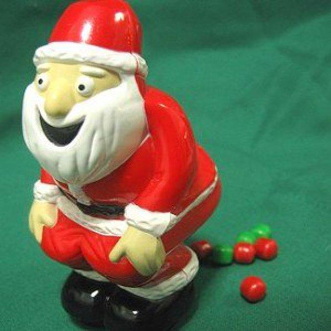 Un père Noël distributeur de bonbons en forme de crottes rouges et vertes