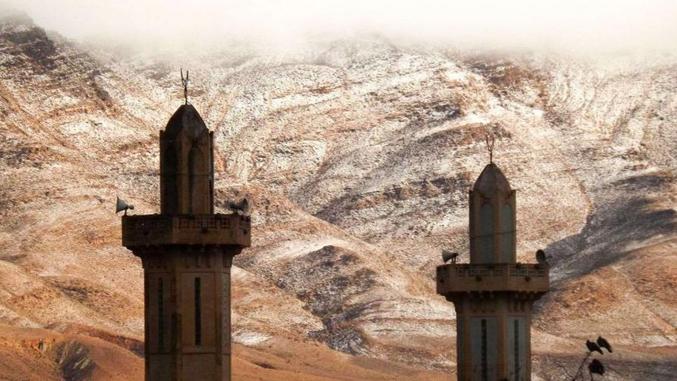 Pour la première fois depuis 37 ans, il neige dans la région des monts des Ksour,  à l'ouest de l'Atlas saharien (Algérie). Ici un cliché de la commune d'Aïn Sefra (photo de Karim Bouchetata).