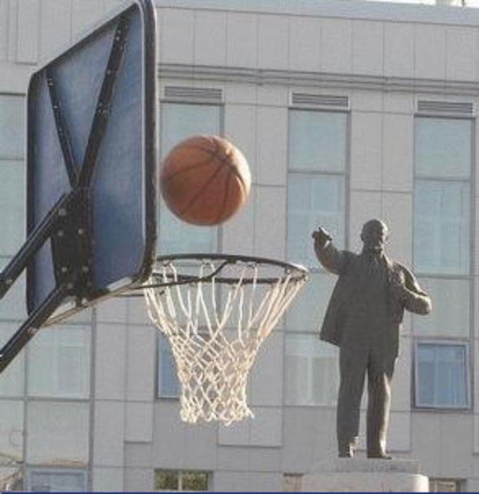 Un effet d'optique où l'on dirait que Lénine fait une partie de basket