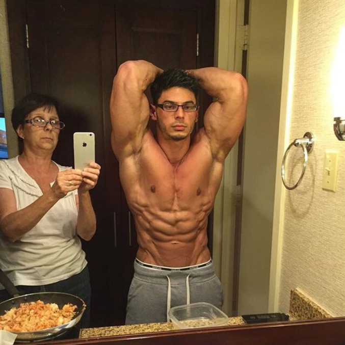 """Le """"selfie"""" devant un miroir par sa mère dans une pièce qui est... heu, quoi d'ailleurs ?"""