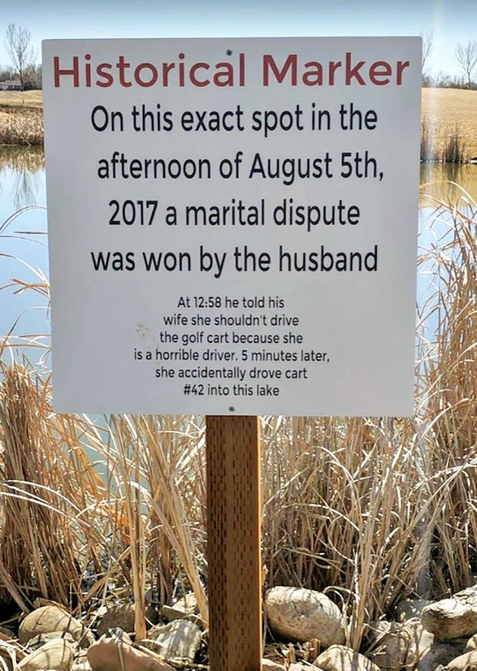 """""""À cet endroit précis, dans l'après-midi du 5 août 2017, une dispute conjugale a été remportée par le mari. À 12h58, il tenta de convaincre sa femme de ne pas conduire la voiturette de golf car c'était une mauvaise conductrice. Cinq minutes plus trad, elle conduisit la voiturette n°42 dans ce lac."""""""