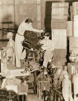 """Orson Welles dirige les scènes du début et de la fin de """"Citizen Kane""""..."""