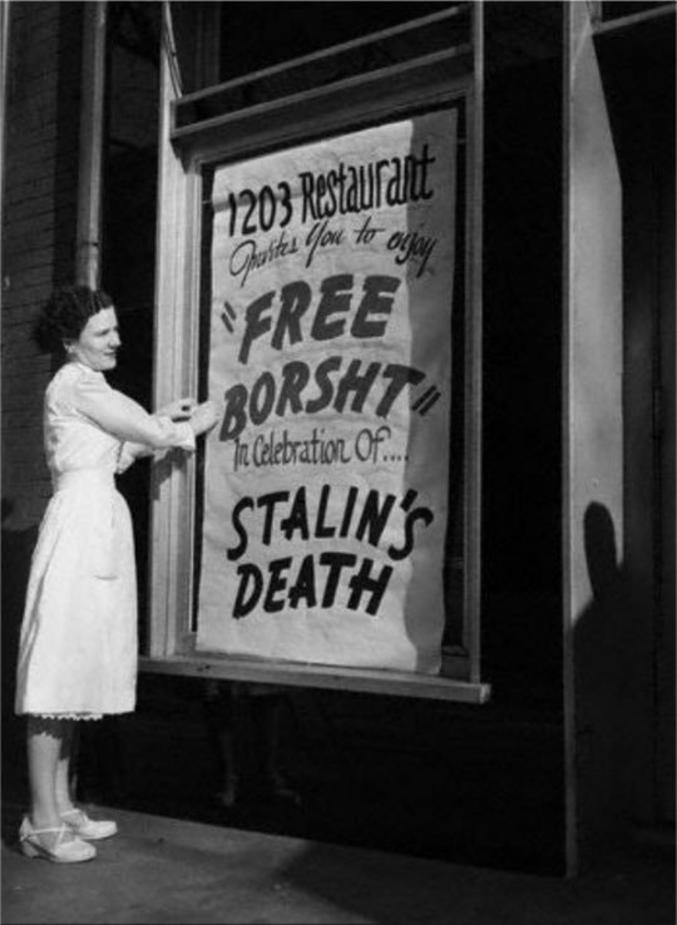 """Pour fêter la mort de Staline, un restaurant ukrainien  installé aux Etats-Unis offre du bortsch gratuitement (sorte de pot-au-feu russe très bon, à la betterave et au chou). Les Ukrainiens ont particulièrement souffert du règne de Staline et furent ceux qui ont le plus souffert des grandes famines engendrées par la dékoulakisation de 1933. Un koulak était en principe un paysan enrichi. Dans les faits, la simple possession d'une vache valait ce titre à un paysan, engendrant la confiscation de tous ses biens et sa déportation, avec sa famille.  En Ukraine, grenier à blé de l'URSS, toutes les récoltes furent confisquées, ce qui engendra entre quatre à six millions de mort par la faim. Cet épisode est connu sous le nom de """"holodomor""""."""