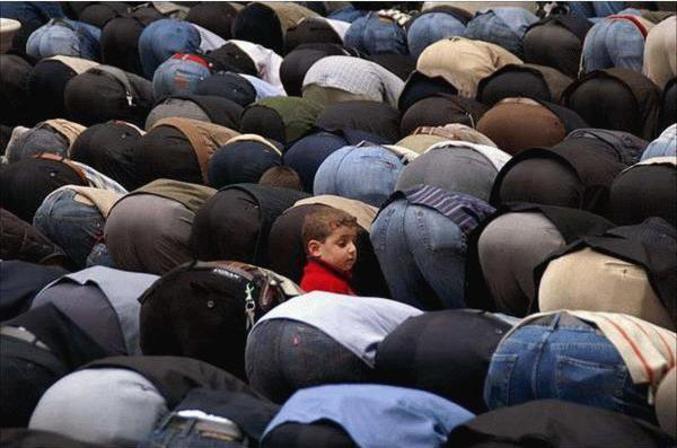 Un enfant curieux pendant la prière