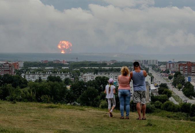 On passe du bon temps en famille. (Explosion d'un dépôt de munitions vers Krasnoyarsk.)