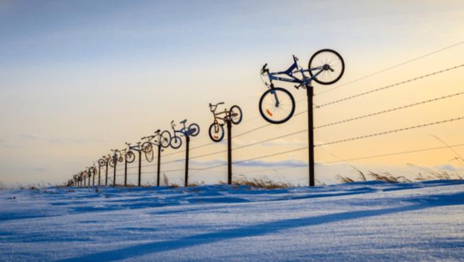 Un fermier de Saskatchewan(une province canadienne) a décoré une de ses clôtures avec plus d'une centaine de vélos glanés au fil du temps dans les décharges locales. Cette province, aussi grande que la France, ne compte qu'environ 1 100 000 habitants et est une immense plaine. Donc ils s'emmerdent un peu quoi! Magnu ne pleure pas, c'est de l'art :^)