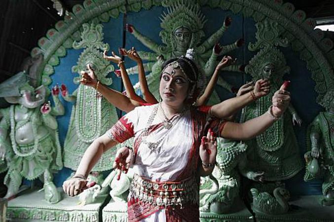 Une femme mimant Durga ou Shiva