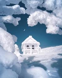 Un chalet sous la neige