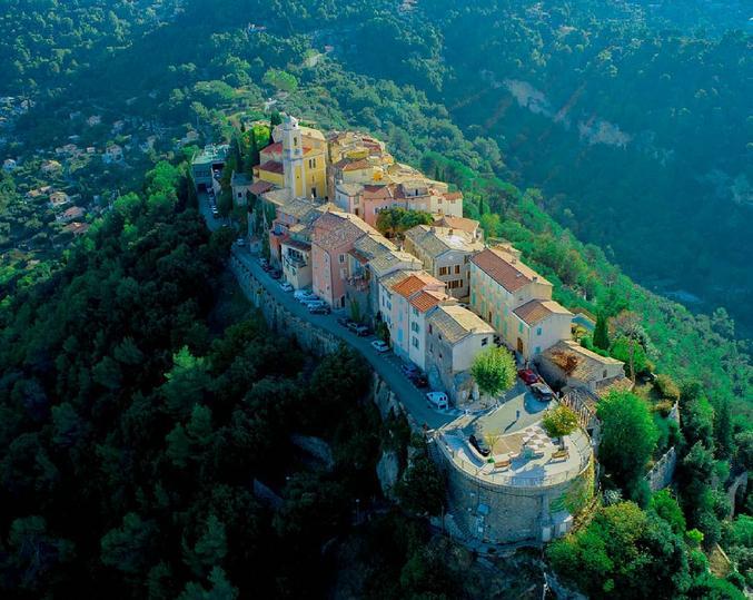 Village perché pittoresque et charmant
