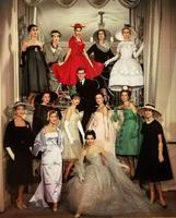 """1957 : Yves Saint-Laurent présente sa 1è-re collection (dite """"trapèze"""") de la maison Dior"""