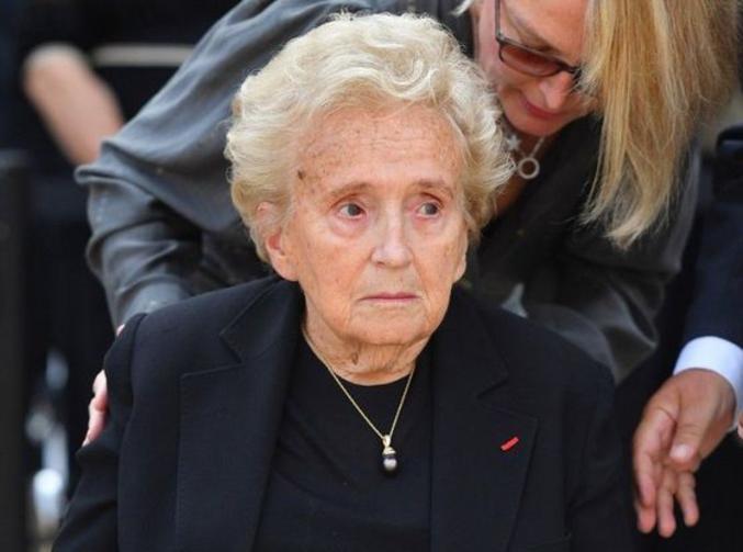 Bernadette Chirac garde le look années 90, avec une Totoche offerte par son amoureux en 5eme D.(putain elle a pris un coup de vieux...)