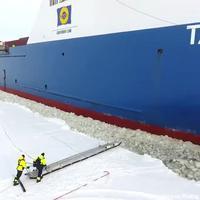 Un des pilote du bateau monte pour prendre son quart