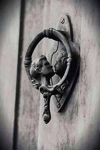 Un heurtoir de porte insolite