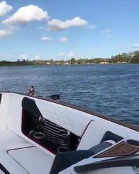 Pagayer entre deux bateaux