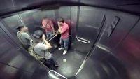 Malade dans un ascenseur