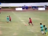 Il assène un horrible flying kick à son adversaire (Inde)