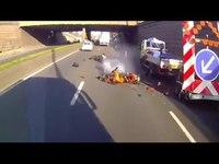 Un motard percute un camion de chantier