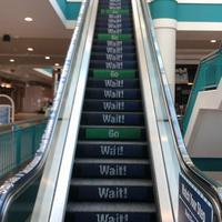 La distanciation physique appliquée à... un escalator. Bonne chance