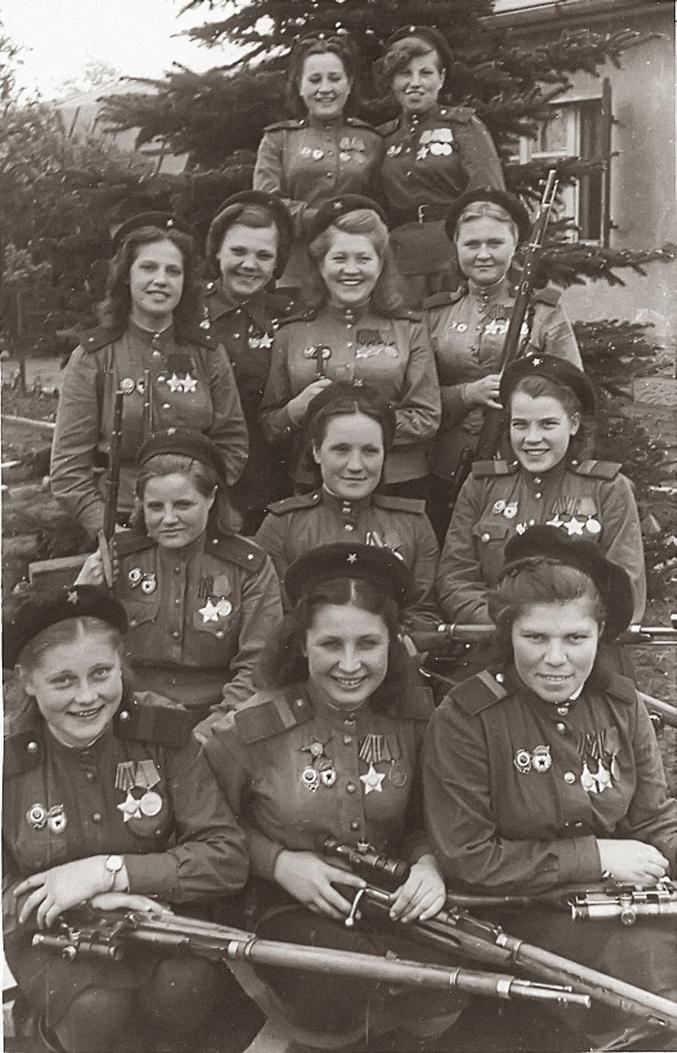 Tireurs d'élite de l'a 3ème armée de choc, 1er front Biélorusse, Allemagne, mai 1945.Les tireurs d'élite sur la photo:  Première rangée -  Sergent d'état-major de la Garde, VN Stepanova: 20 victimes,  Sgt JP Belousova: 80 victimes,  Sgt AE Vinogradova: 83 victimes. Deuxième rangée -  Lieutenant de garde EK Zhibovskaya: 24 victimes,  Sgt de garde KF Marinkin: 79 victimes,  Sgt OS Marenkina de garde: 70 victimes. Troisième rangée -  Lieutenant de garde NP Belobrova: 70 victimes,  Lieutenant N. Lobkovsky: 89 victimes, Lieutenant de garde VI Artamonova: 89 victimes, Sergent d'état-major MG Zubchenko: 83 victimes, Quatrième rangée -  Sergent de garde, PN Obukhova: 64 victimes,  Sergent de garde, AR Belyakova 24 victimes.  Nombre total de victimes confirmées: 775.