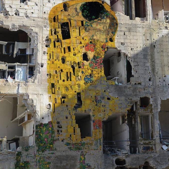 L'œuvre de Gustav Klimt 'The Kiss' revisité par l'artiste syrien Tammam Azzam sur un immeuble bombardé en Syrie.