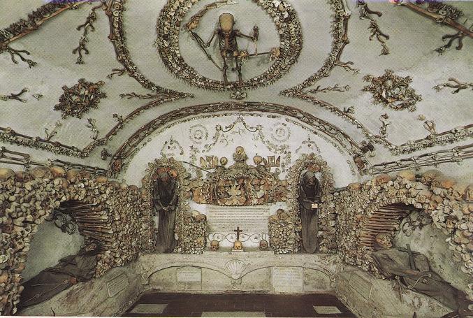 Rome, XVIIIème siècle.   Désolé pour la qualité de l'image. Vous remarquerez au plafond la Mort figurée par un squelette d'enfant tenant en main une faux (en os!) et une balance.