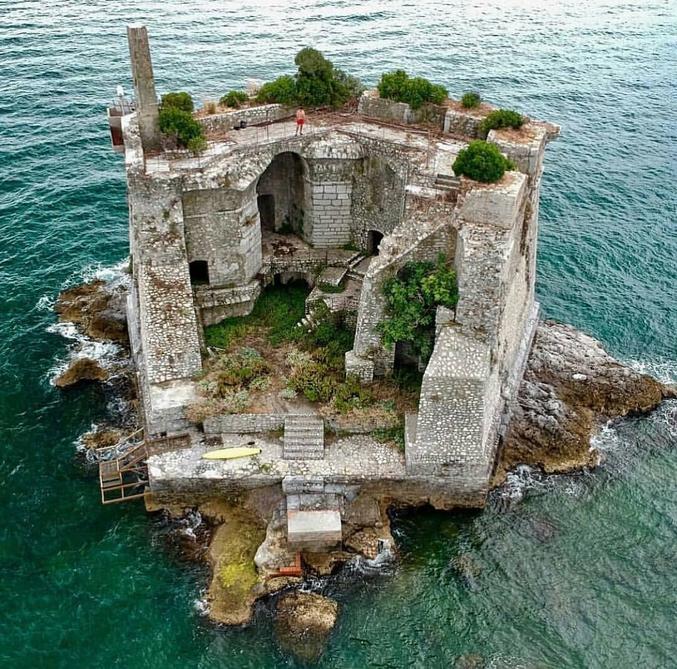 La tour Scola en Italie, ancien bâtiment militaire faisant partie du système défensif mis en place par la République de Gênes. En revanche, pas sûr qu'il y ait le wifi...