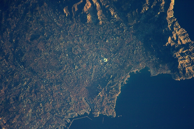Photo prise par Thomas Pesquet au dessus de Marseille depuis la station spatiale internationale.