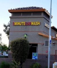 Dans quelques secondes, ta voiture va sortir impeccable du carwash...