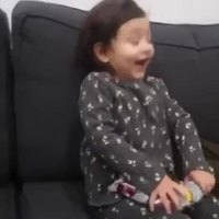 Une petite fille bien qui connaît la valeur des choses
