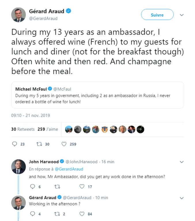 Michael McFaul : pendant mes cinq années au gouvernement, dont deux ans en tant qu'ambassadeur en Russie, je n'ai jamais commandé une bouteille de vin au déjeuner ! Gérard Araud : Au cours de mes 13 ans en tant qu'ambassadeur, j'ai toujours offert à mes invités du vin (français) au déjeuner comme au dîner (toutefois pas au petit déjeuner). Souvent du blanc puis du rouge. Et du champagne en apéritif. John Harwood : Et comment, monsieur l'Ambassadeur, parveniez-vous à travailler un tant soit peu l'après-midi ? Gérard Araud : Travailler l'après-midi ?