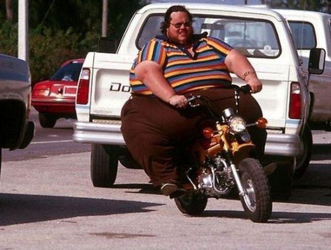 C'est drôle parce qu'il a une petite moto.