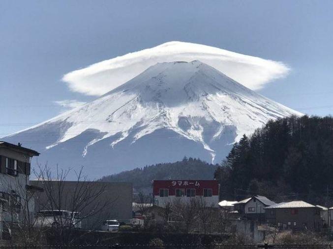 Nuage lenticulaire sur le mont Fuji - au Japon