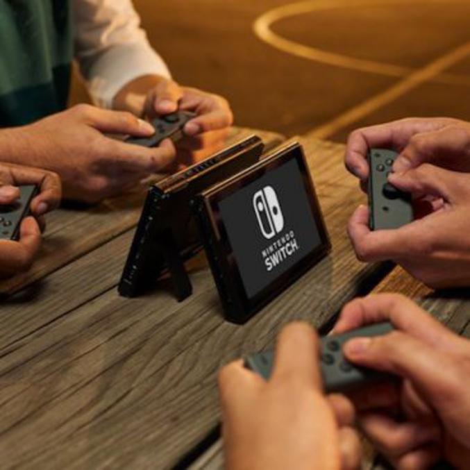 Qui s'en fout ? Ah, ça fait beaucoup !  Sinon, pour ceux qui restent, Nintendo vient d'annoncer sa console prévue pour mars 2017 : la Switch. Comme beaucoup s'en doutait, il s'agit d'un mix entre console de salon et console portable.