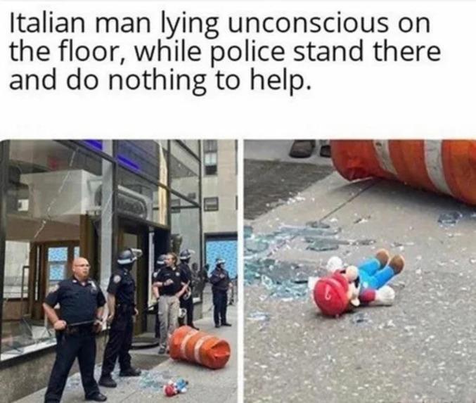 Un homme italien allongé inconscient au sol, pendant que les policiers présents sur place ne font rien pour l'aider.