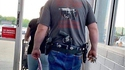 Kan t'as besoin de 3 armes de poing pour aller à l'épicerie du coin