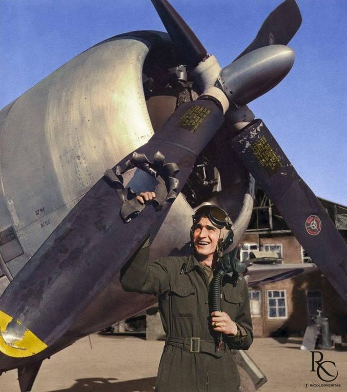 Seconde guerre mondiale, un pilote de Republic P-47 Thunderbolt pose à côté de son avion  qu'il a réussi à ramener tant bien que mal, malgré le petit trou dans l'hélice.