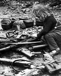 Avril 1945: une petite fille joue avec des fusils d'assaut...