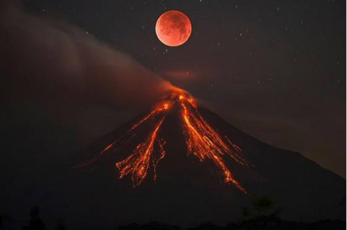 ... enfin, pas franchement : le Volcan Colima (Mexique) a été photographié le 9 Juillet 2015 par Sergio Tapiro Velasco. La Lune a été photographiée le 27 Septembre 2015 pas Alfonso Sotomayor Gudiño puis a été ajoutée au dessus du volcan. Merci photoshop!